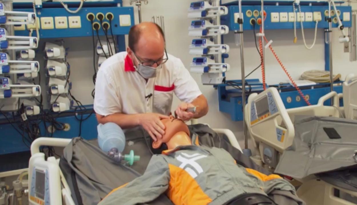 Egy orvos bemutatta, hogyan kötik lélegeztetőgépre a beteget