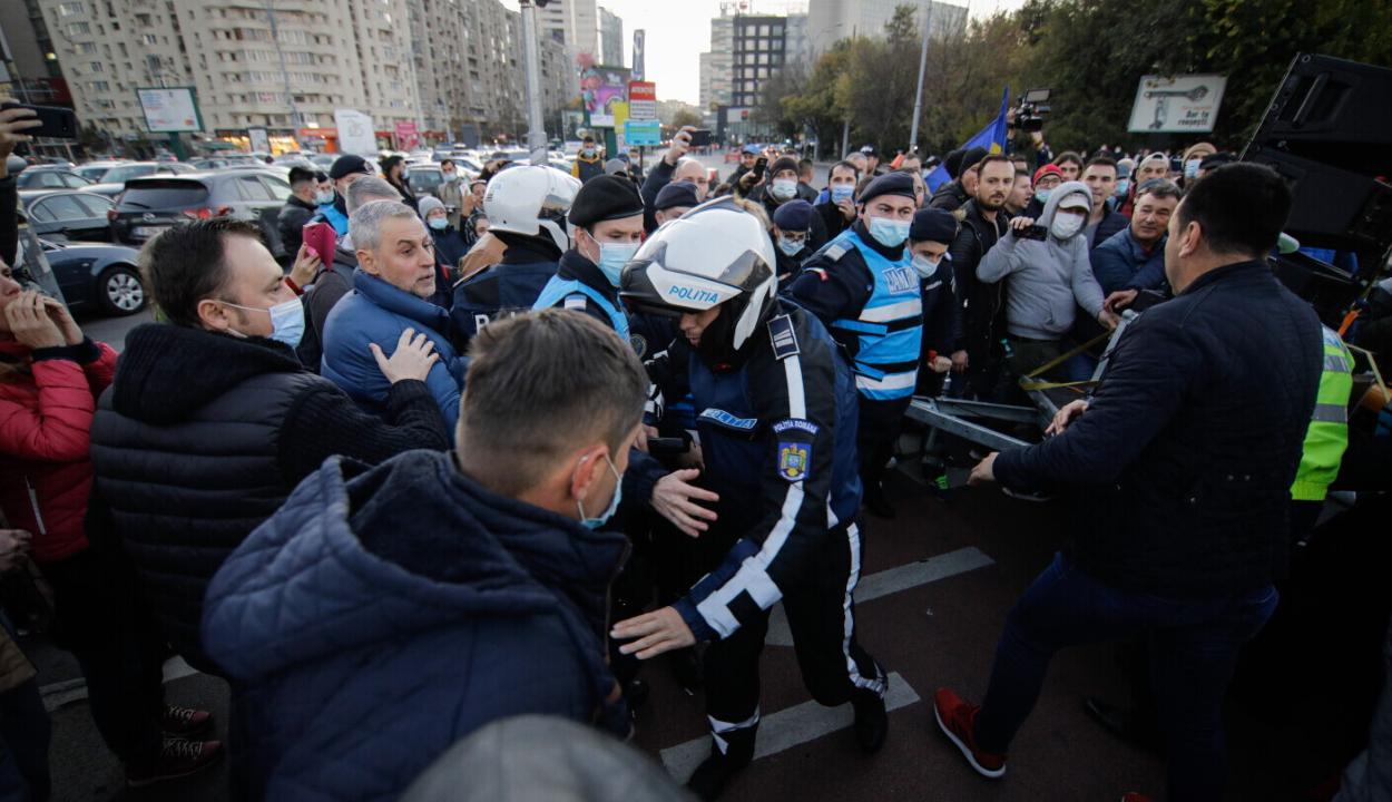 A hétfőtől életbe lépő járványvédelmi intézkedések ellen tüntettek Bukarestben