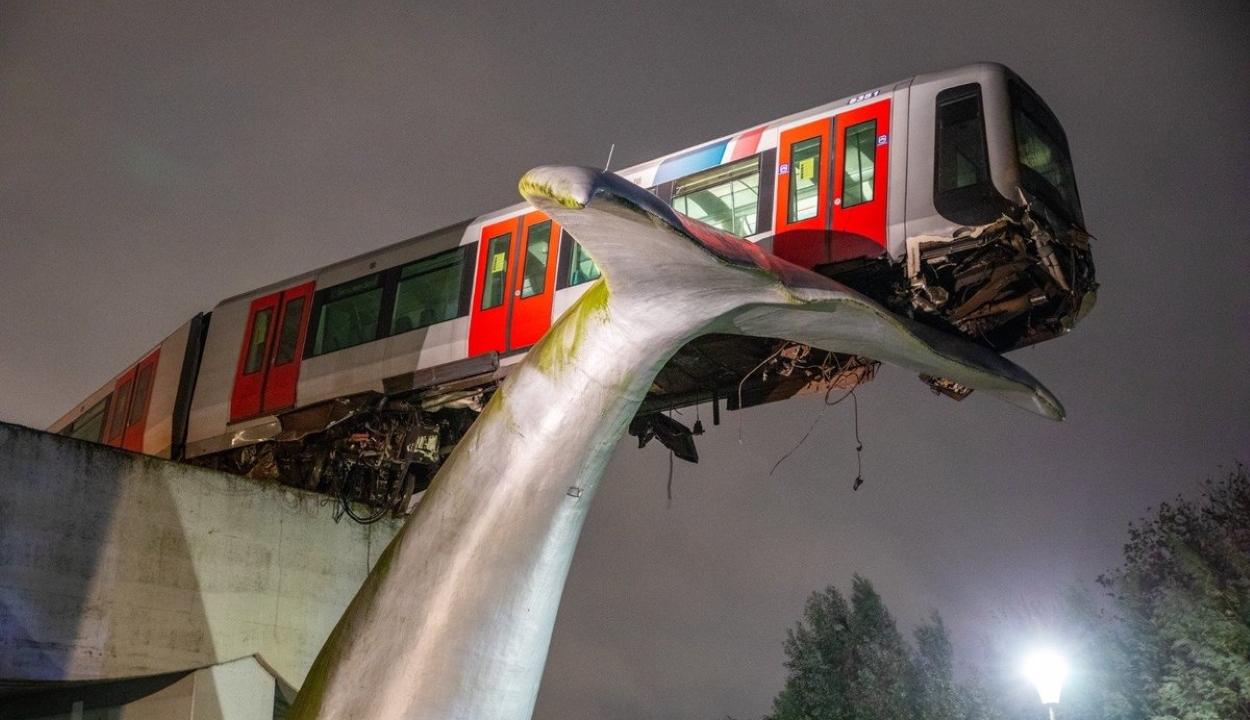 A végállomás helyett egy gigantikus műalkotáson állt meg a metrószerelvény