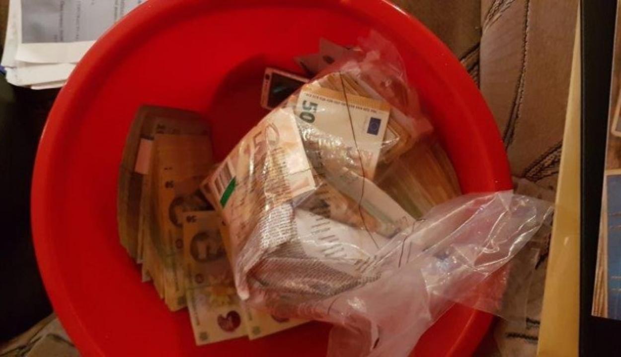 1,2 millió eurót találtak mosdótálakba és vedrekbe rejtve a suceavai jogosítvány-kibocsátó hivatalnál