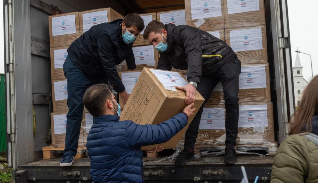Több mint egymillió védőmaszk érkezett Erdélybe a magyar kormány közreműködésével