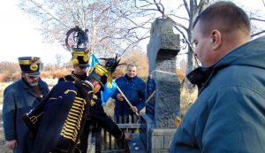 A felsőháromszéki hagyományőrző huszárok gyertyát gyújtottak a német katonák sírjánál