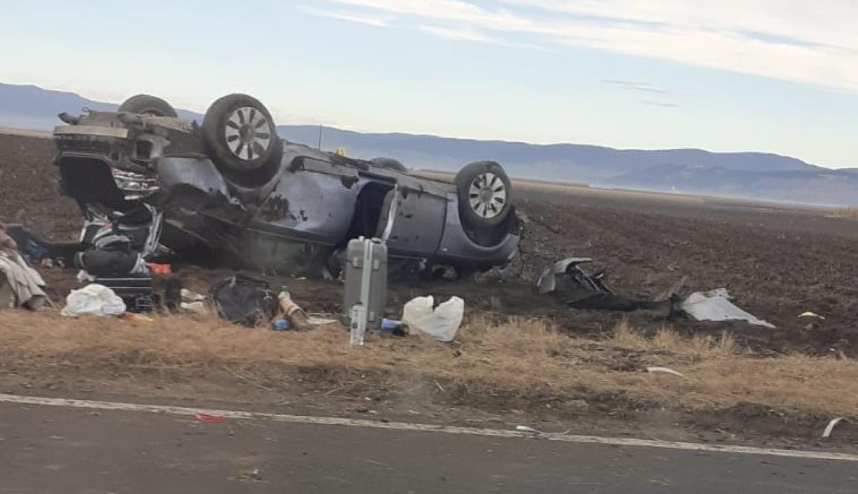 Két személy sérült meg, miután autójuk felborult Sárfalvánál
