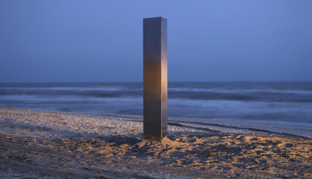Ezúttal a román tengerparton jelent meg egy fémoszlop