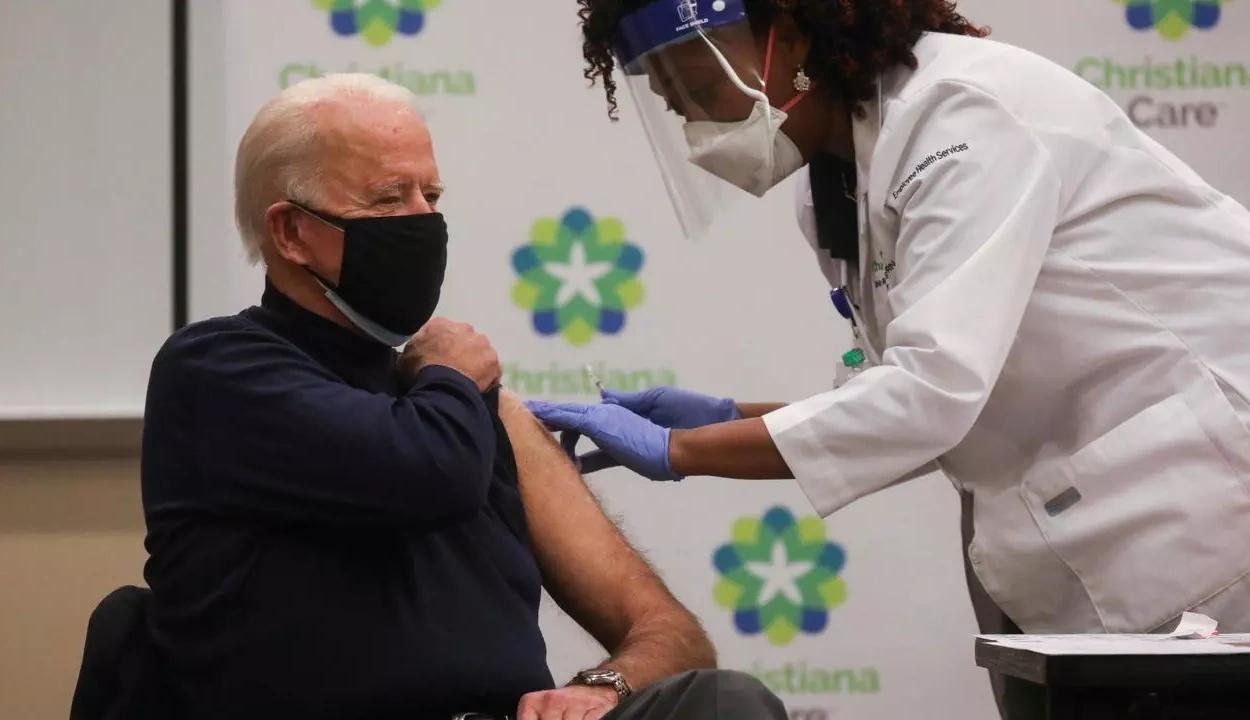 Joe Biden élő adásban adatta be magának a koronavírus elleni vakcinát