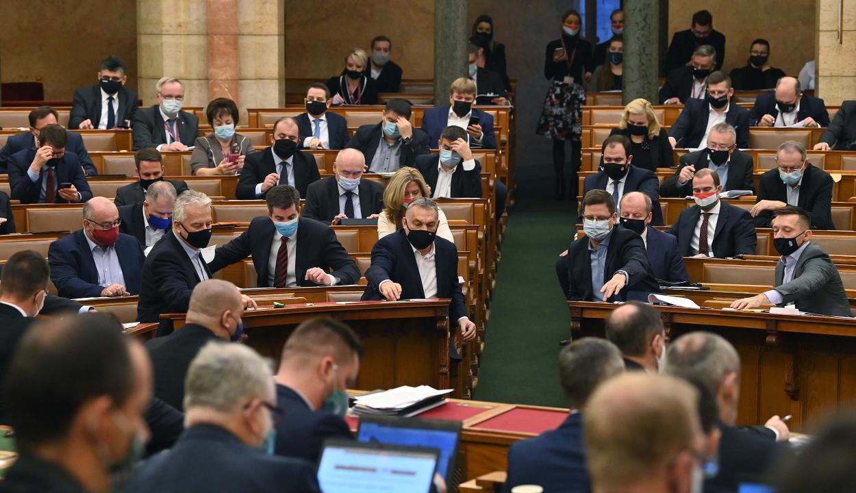 Belekerült a magyar alaptörvénybe, hogy az anya nő, az apa férfi