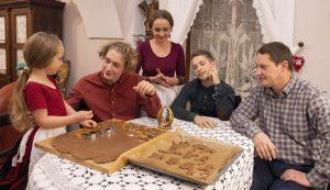 Luca, Vajk, Zsuzsa, Bátor és Csaba. Egy öttagú család, akikből árad a szeretet, a béke. Együtt takarítanak, főznek, zenélnek, imádkoznak – erről szól a várakozásuk