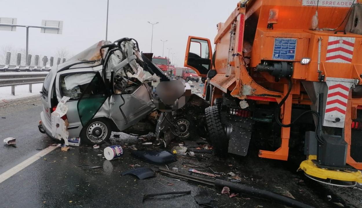 Hárman meghaltak, miután autójuk hóeltakarító munkagépnek ütközött az A1 autópályán