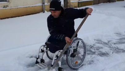 Kerekesszékben ülve is eltakarítja a havat a járdáról ez a Brassó megyei férfi