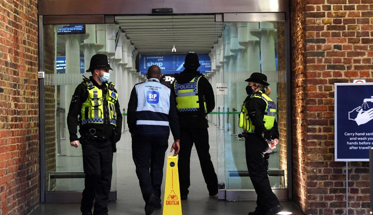 Hétfőtől minden beutazónak karanténba kell vonulnia az Egyesült Királyságban