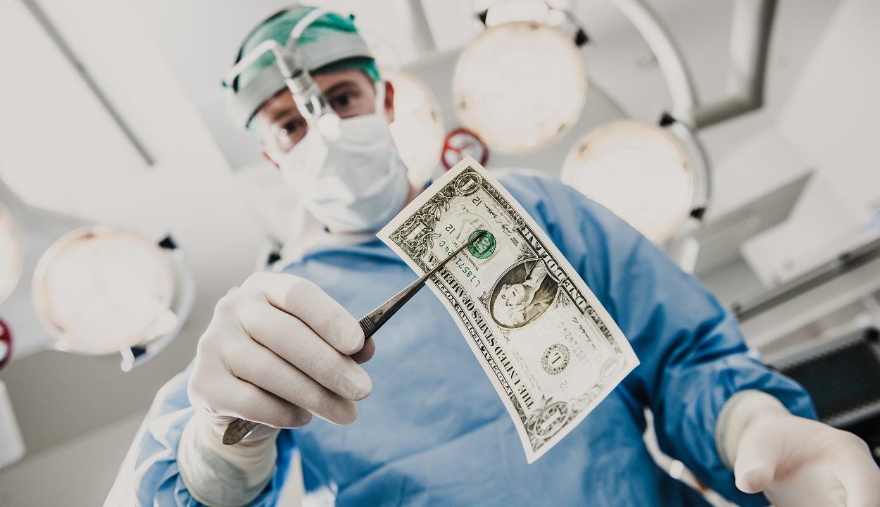 Egy amerikai onkológus kétszáz betege csaknem 650 ezer dolláros tartozását engedte el