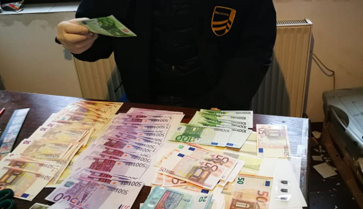 Pénzhamisítókat fogtak el, félmillió eurónyi hamis bankjegyet foglaltak le