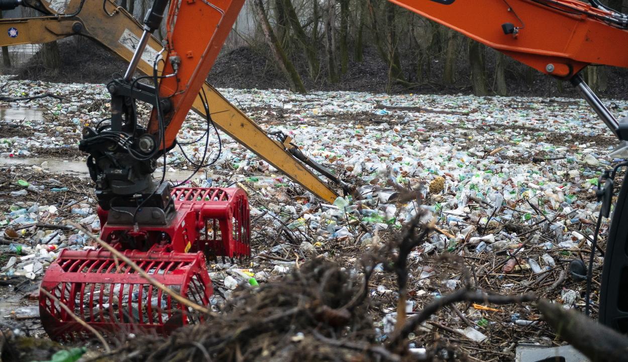 A környezetvédelmi tárca erőfeszítéseket tesz, hogy a folyók ne vigyenek úszó hulladékot Magyarországra