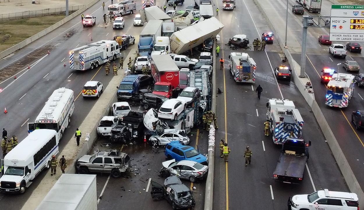 Roncsderbi az autópályán: több mint 130 autó ütközött össze egy amerikai sztrádán
