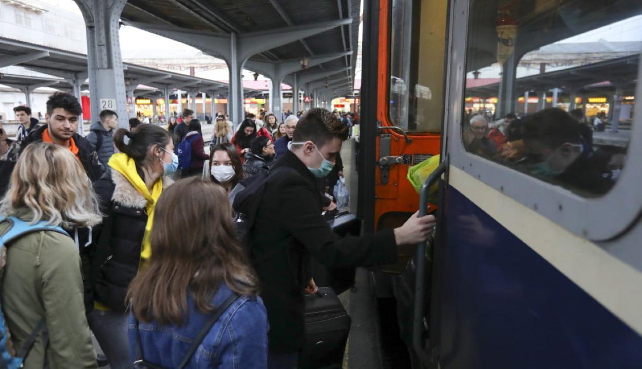 FRISSÍTVE: Ellentmond egymásnak Barna és Orban az egyetemisták ingyenes vonatjegyei kapcsán
