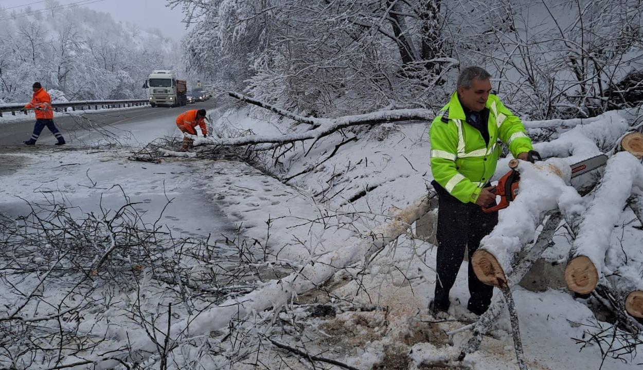FRISSÍTVE: Havazás miatt akadozik a forgalom