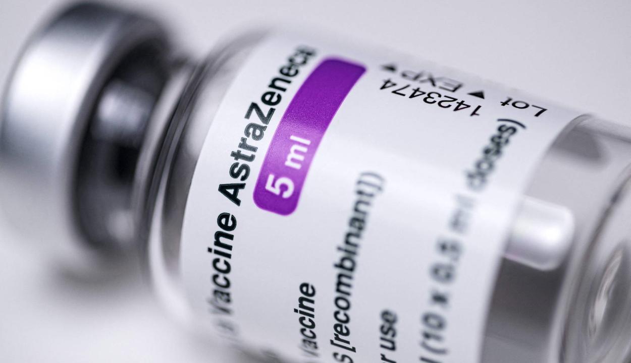 EMA: lehetséges az összefüggés a vérrögképződéses esetek és az AstraZeneca vakcinája között
