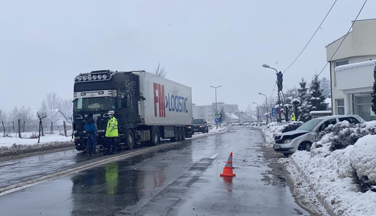 Kamion és személyautó ütközött a kórház előtt