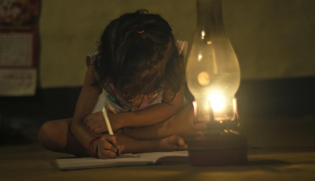 Jelentés: csaknem egymillió tanuló kihagyott 24 iskolai hetet, mert nem volt internethozzáférése