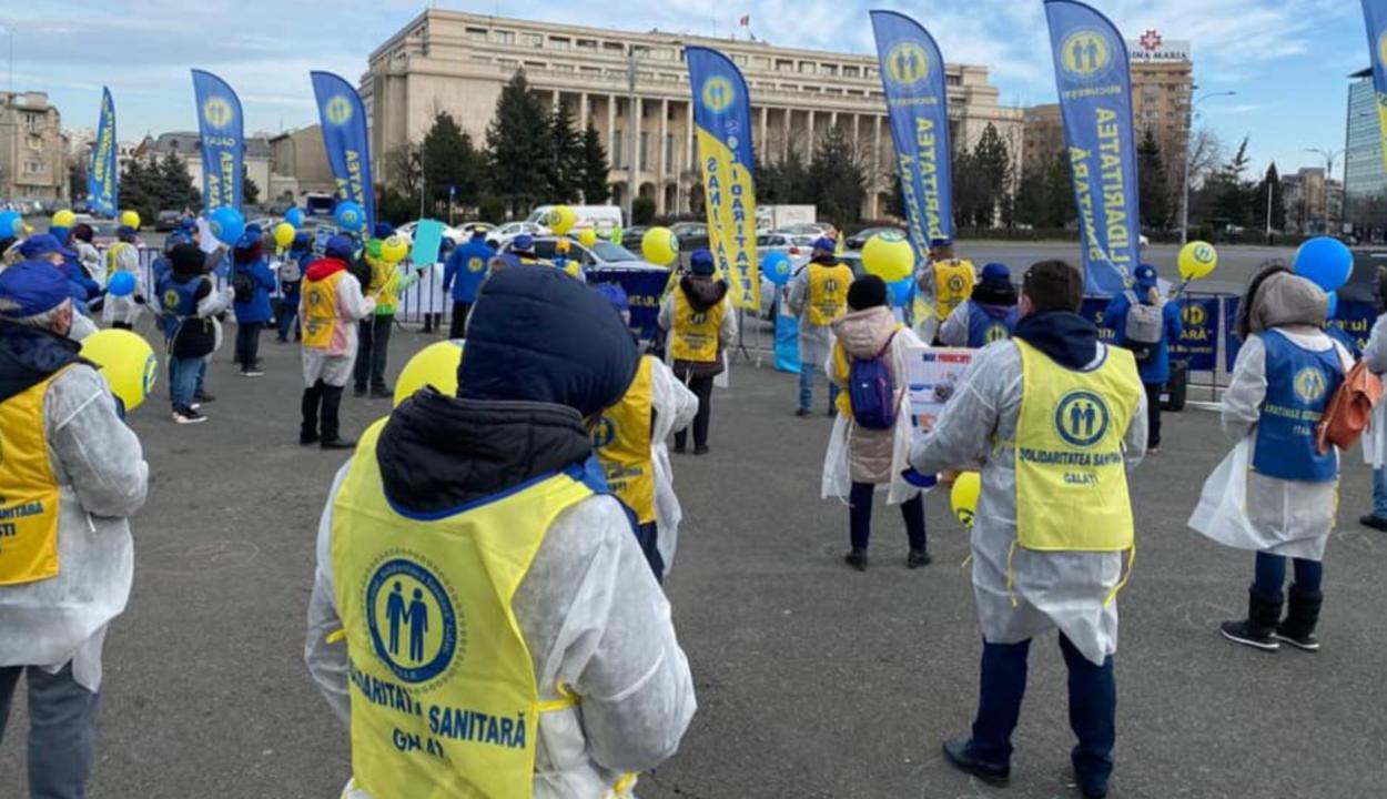 A parlament előtt tüntetnek az Egészségügyi Szolidaritás szakszervezeti szövetség képviselői