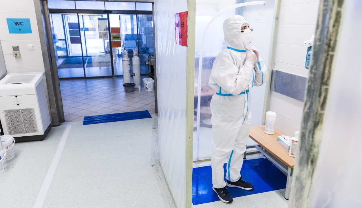 Koronavírus: negatív rekordot döntött az új fertőzöttek és az elhalálozások száma Magyarországon