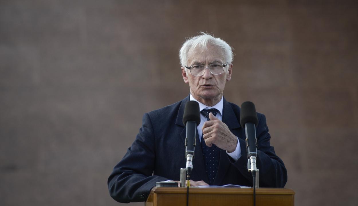 Felmentettek egy kormányzati tisztségviselőt a holokauszt relativizálása miatt