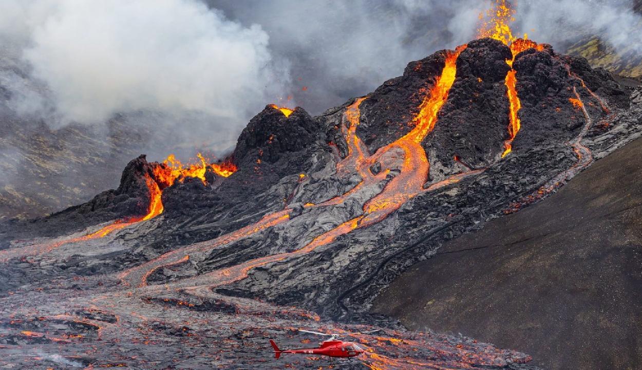 Látványos drónfelvételek készültek egy izlandi vulkánkitörésről