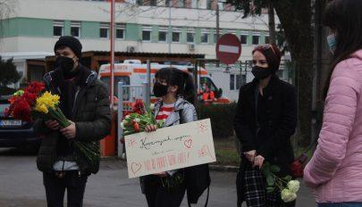 Virággal tüntették ki az egészségügyi dolgozókat