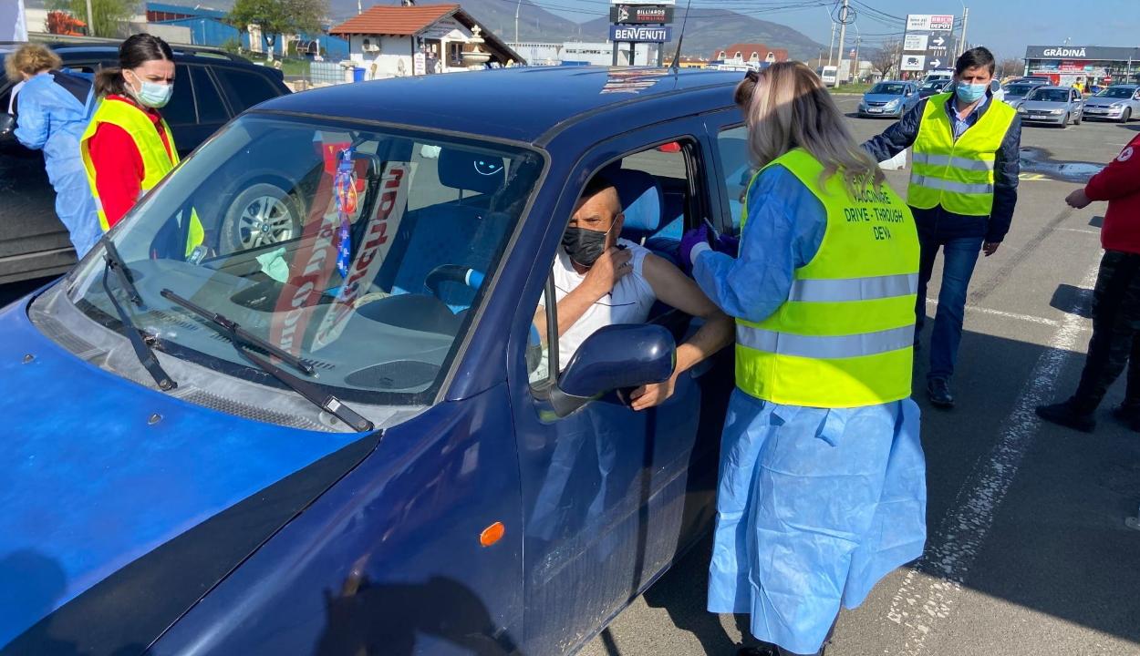 Megnyílt az ország első autós oltásközpontja