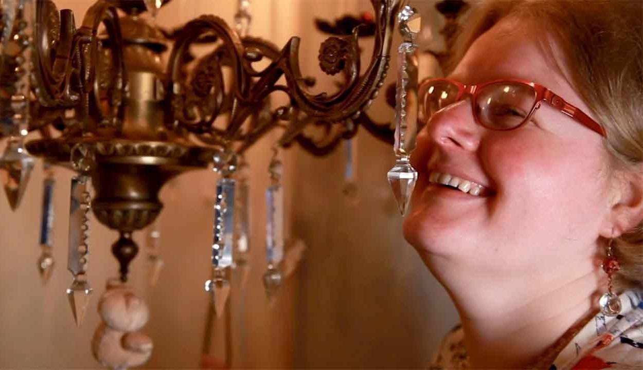 Két éve jegyesek, most összeházasodik a csillárjával egy brit nő