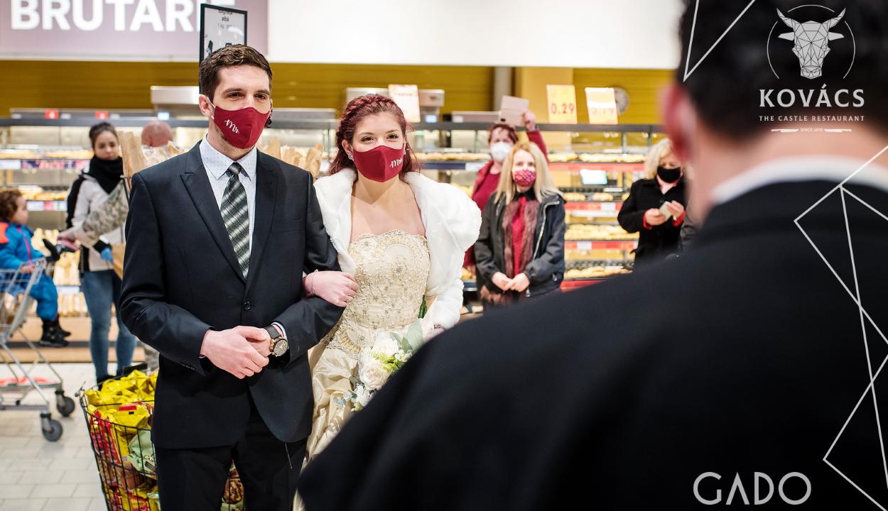 Egyedi tiltakozás: szupermarketben esküdött meg egy sepsiszentgyörgyi pár