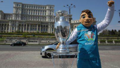 Bukarestbe érkezett a labdarúgó Európa-bajnokság trófeája