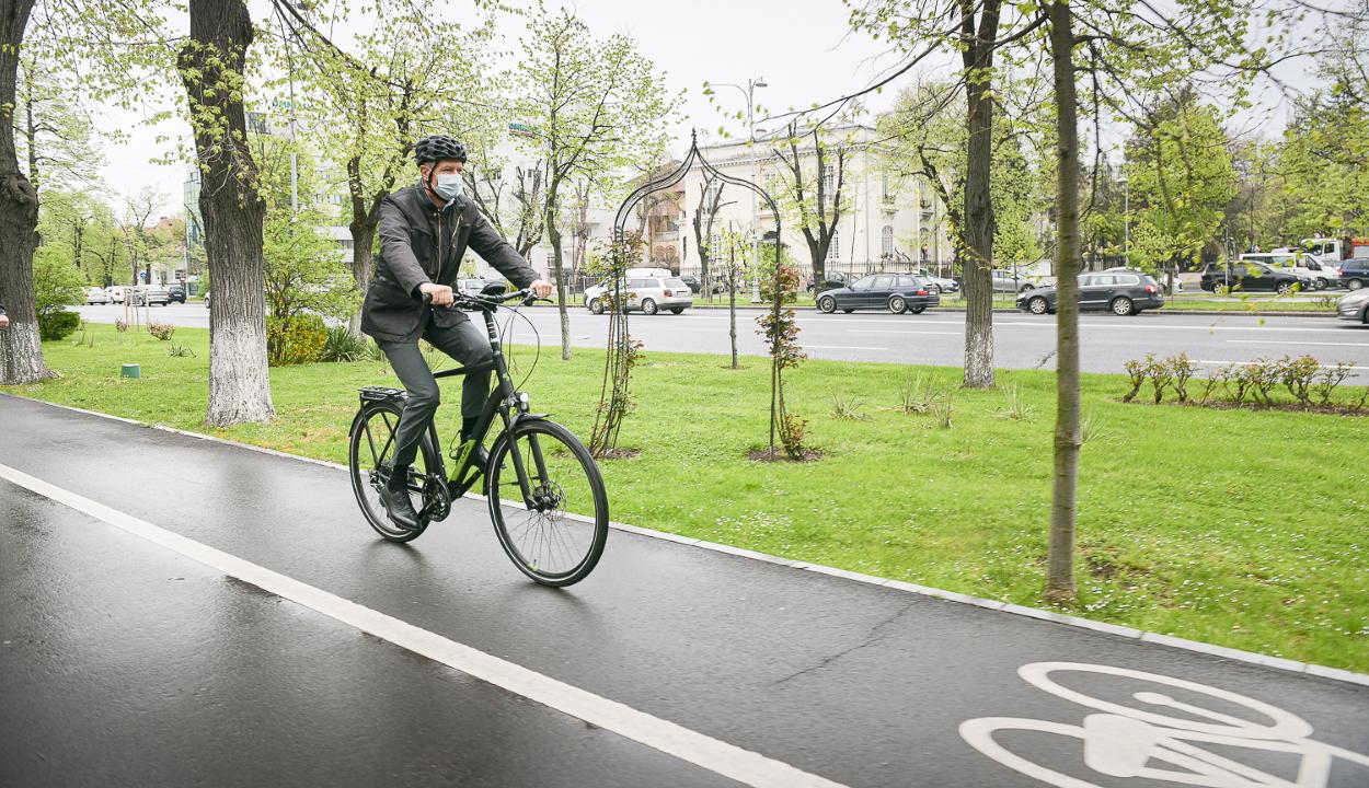 Zöld péntek: kerékpárral ment munkába Klaus Iohannis