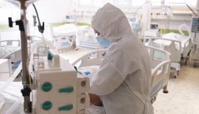 Belehalt a vírus okozta betegségbe az izraeli oltásellenes mozgalom egyik élharcosa