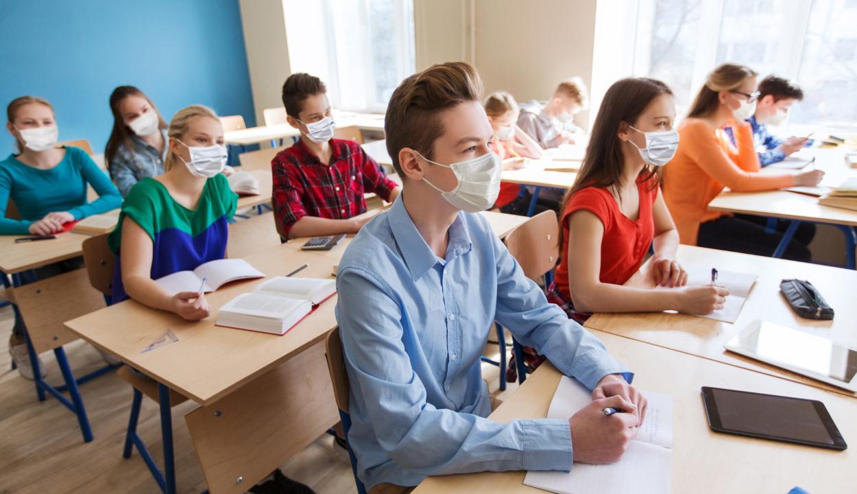 A tanügyminiszter nem zárja ki, hogy újra szükség lesz a járványfüggő oktatási forgatókönyvekre