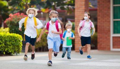 Kötelező a maszkviselés a brassói iskolák környékén