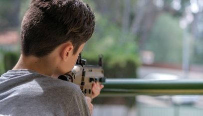 Légpuskával megölte ötéves öccsét egy nyolcéves gyermek Maros megyében