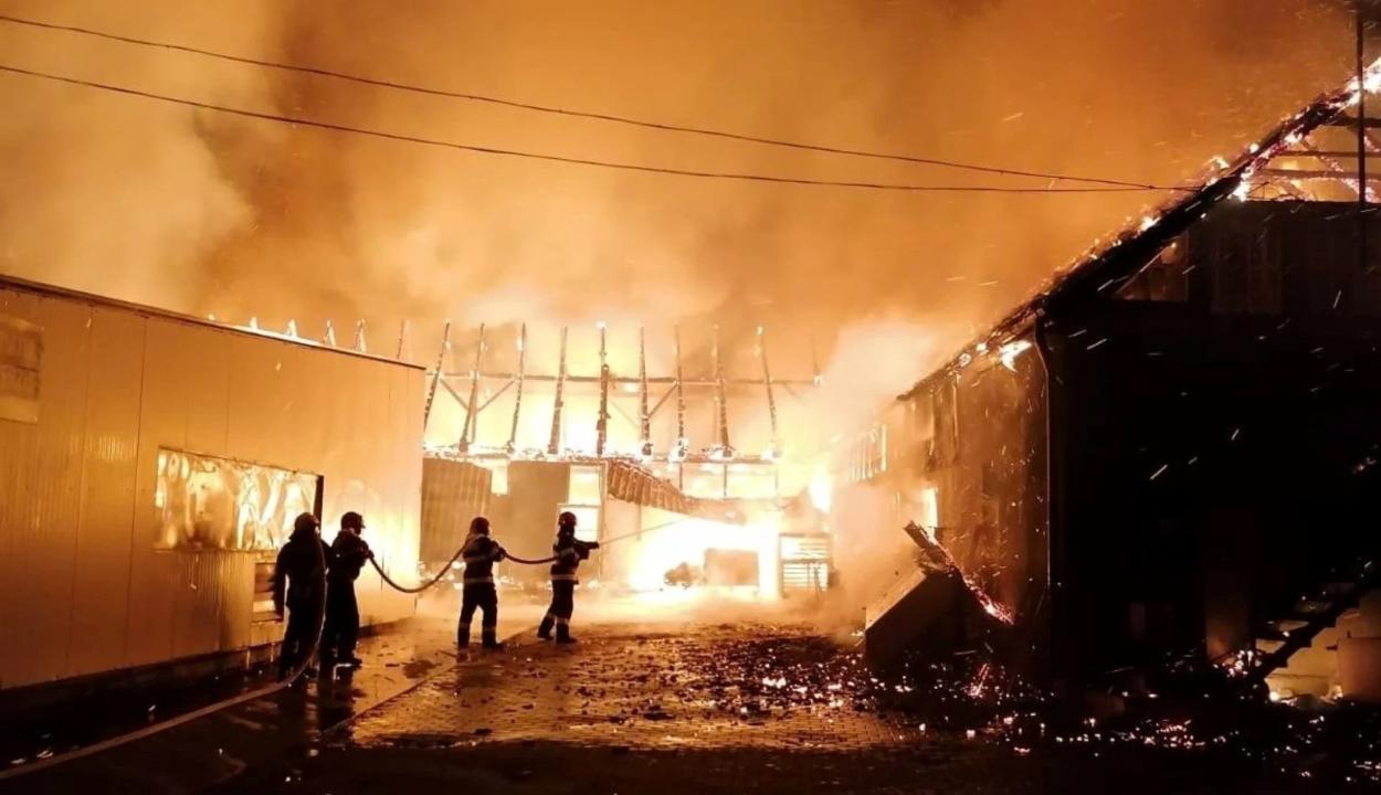 Hatalmas tűz pusztított egy szászrégeni bútorgyárban