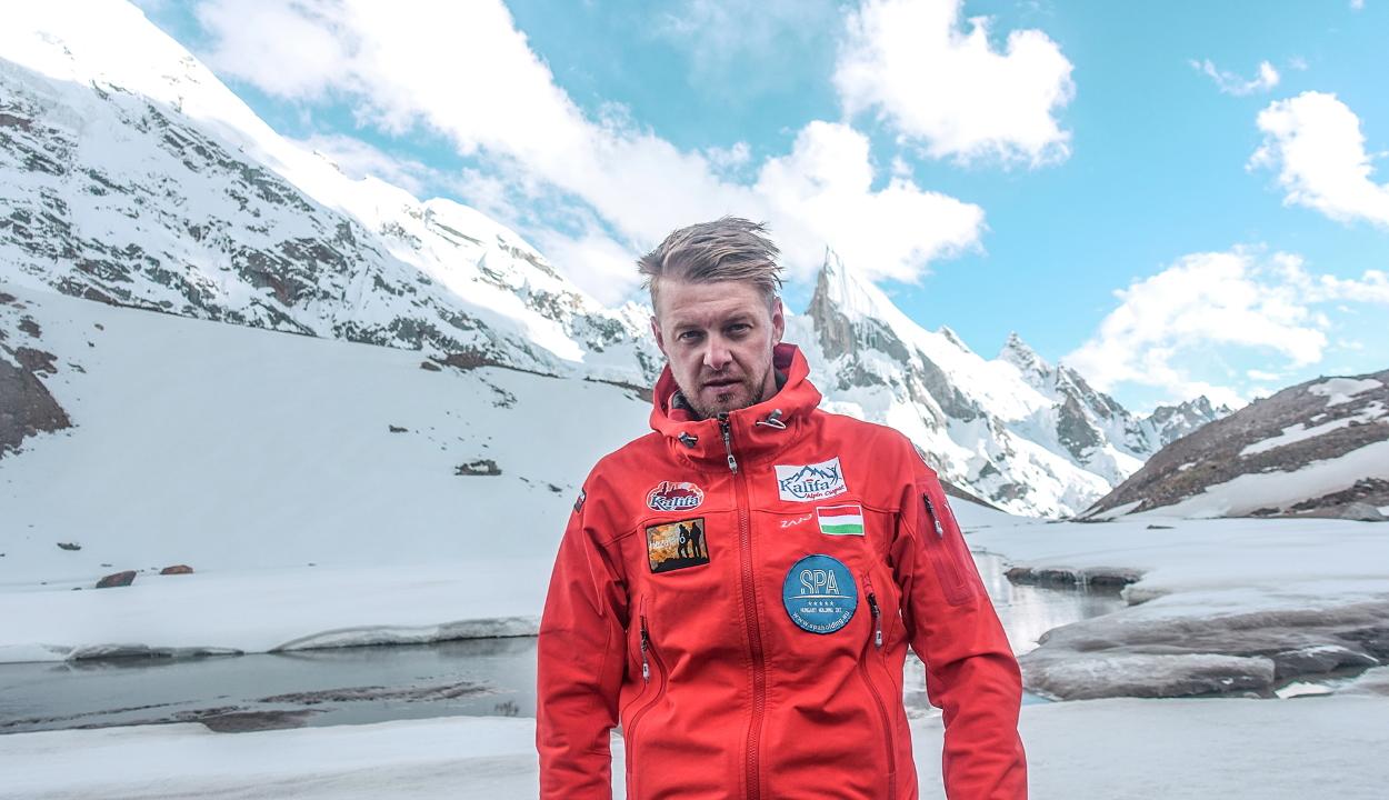 Serpák és oxigénpalack nélkül indult el a Mount Everest meghódítására Varga Csaba
