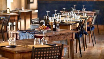 Év végéig nem kell ágazatspecifikus adót fizetni a vendéglátóiparban
