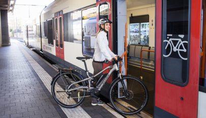Ingyenesen szállíthatók az összecsukható kerékpárok a személyvonatokon