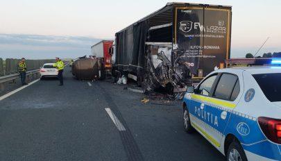 Kisbusz ütközött tehergépkocsival Nagylaknál, tizenhatan megsérültek, egy személy meghalt