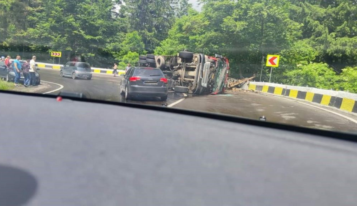 Kamion és személyautó ütközött az Ojtozi-szorosban