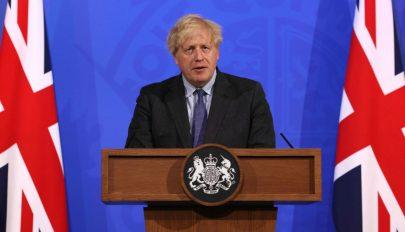 A brit kormány négy héttel elhalasztotta a korlátozások teljes feloldását