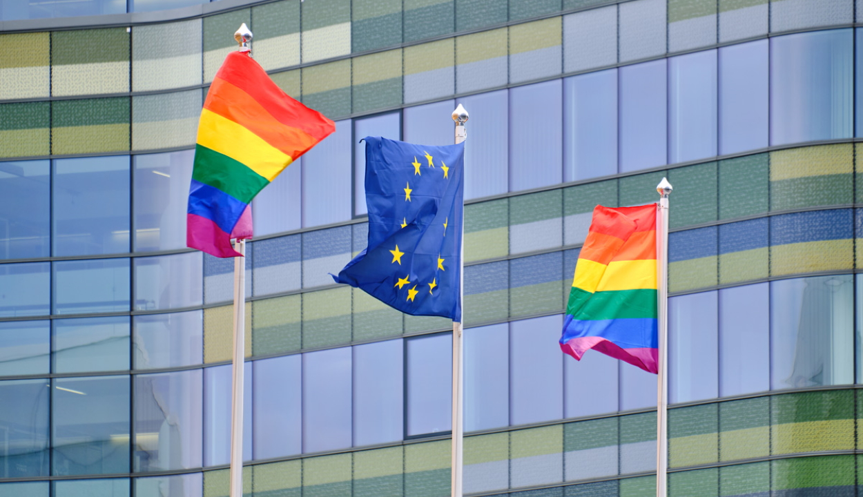 Az Európai Parlament is kitűzi a szivárványzászlót