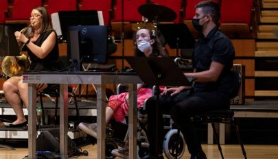Szemük mozgatásával hárfázhatnak a mozgáskorlátozott zenészek