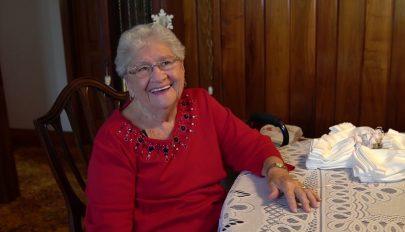 Több mint tízezer sapkát kötött már újszülötteknek a 90 éves hölgy