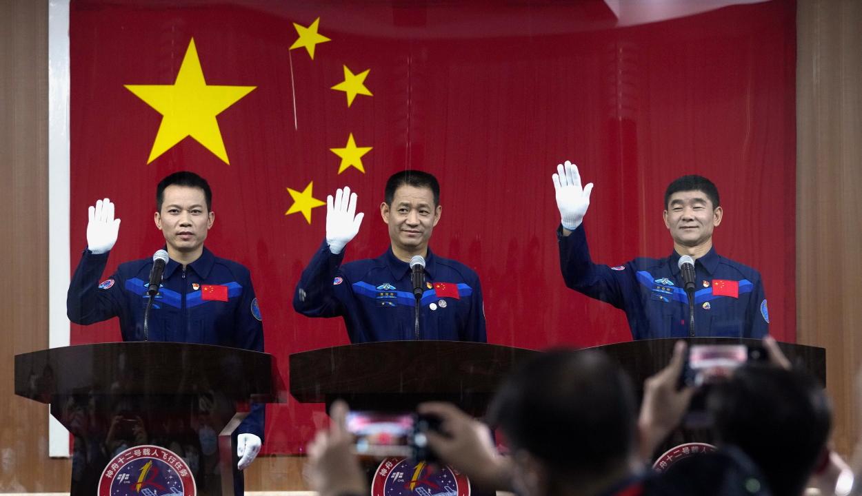 Történelmi küldetésre indult három kínai űrhajós