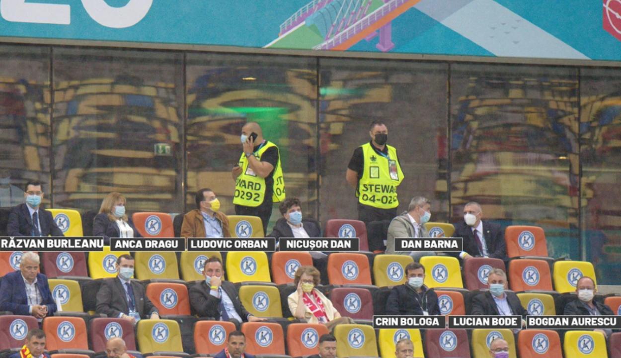 A politikusok a VIP-ban, Hagi és Popescu a lelátón
