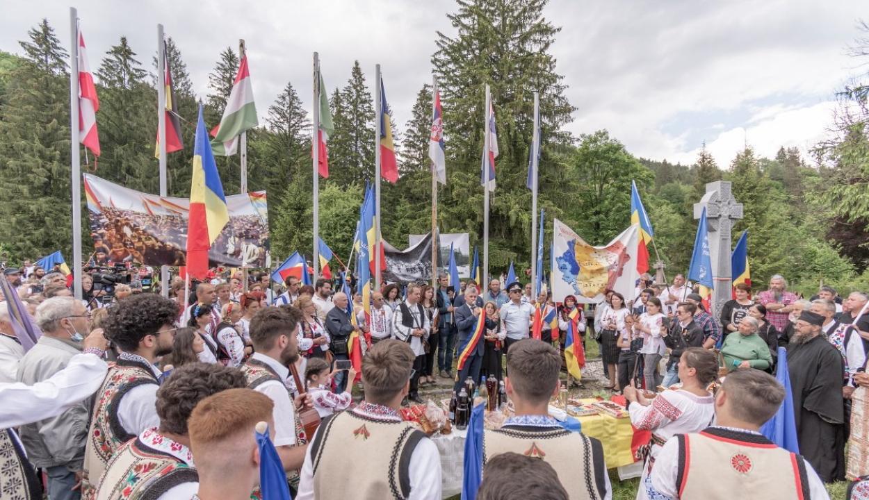 Úzvölgye: több százan emlékeztek meg a sírkertben a román hősökről